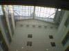 石川県庁舎の吹き抜けを見あげる画像