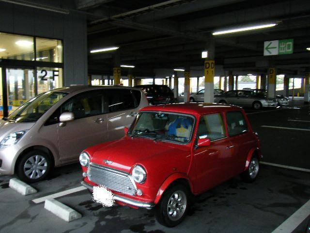 駐車場のミニクーパー